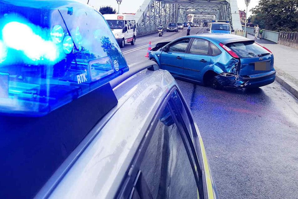 Auf dem Blauen Wunder baute der Fahrer mit seinem Auto mit ausländischem Kennzeichen einen Crash und flüchtete zu Fuß.