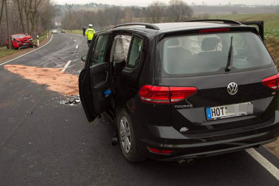 Ein VW-Fahrer kam auf der B173 von der Fahrbahn ab und krachte in den entgegenkommenden VW Touran.
