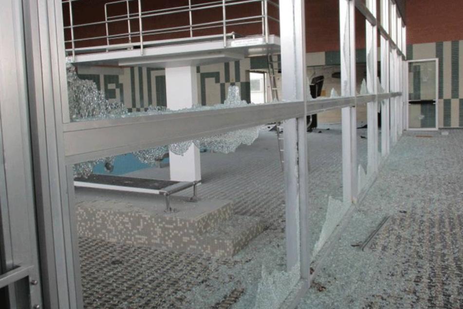 140.000 Euro Schaden! Kinder und Jugendliche sollen Hallenbad zerstört haben