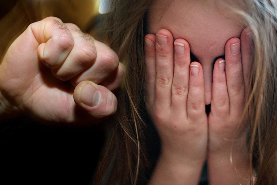 Verletzt wurde das Mädchen bei den Überfällen nicht. (Bildmontage)