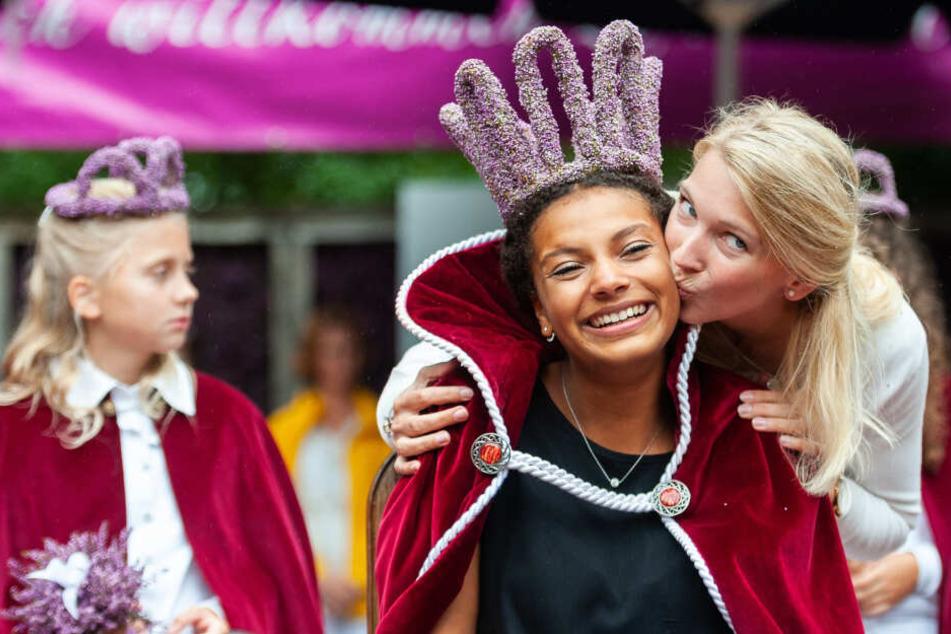 Die 19-jährigen Leonie Laryea bekommt nach ihrer Wahl zur neuen Heidekönigin von ihrer Vorgängerin Mona Otto einen Kuss.