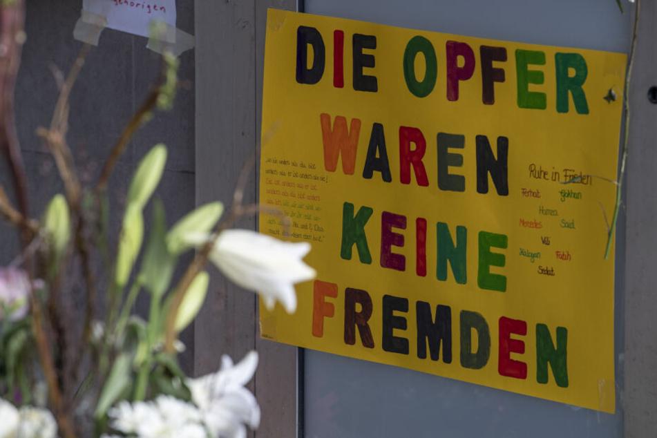 """""""Die Opfer waren keine Fremden"""", erinnert ein Plakat an die Opfer der Hanauer Blutnacht."""