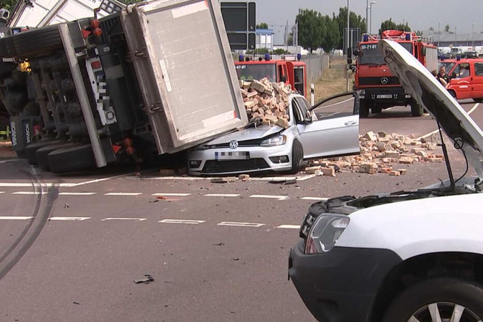 Der Lastwagen kippte an einer Kreuzung auf den wartenden VW.