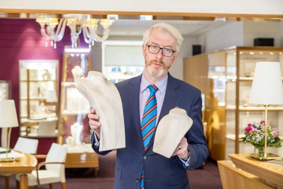 Juwelier-Chef Georg Leicht (53) mit zwei Schmuckbüsten, von denen die Diebe Colliers stahlen.