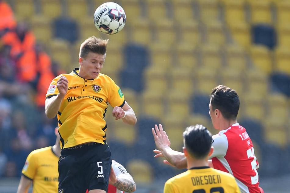 Dynamos Dzenis Burnic (l.) im Spiel gegen den 1. FC Union Berlin beim Kopfball.