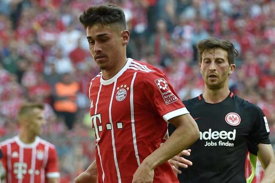 Meritan Shabani von München spielt den Ball im Spiel gegen Eintracht Frankfurt.