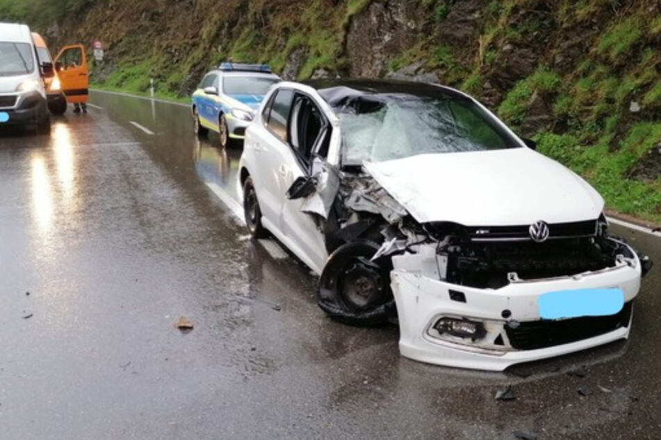 Schock-Moment: Felsbrocken stürzt auf Auto von 27-Jähriger!