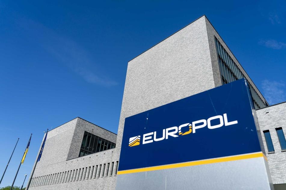 Das Europäische Polizeiamt (Europol) ist eine Polizeibehörde der EU mit Sitz im niederländischen Den Haag. Die Behörde koordiniert die Arbeit der nationalen Polizeibehörden Europas im Bereich der grenzüberschreitenden organisierten Kriminalität.