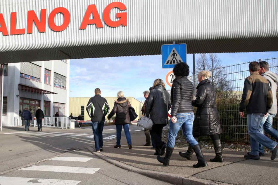 Mitarbeiter des insolventen Küchenhersteller Alno sind auf dem Weg zu einer Betriebsversammlung.