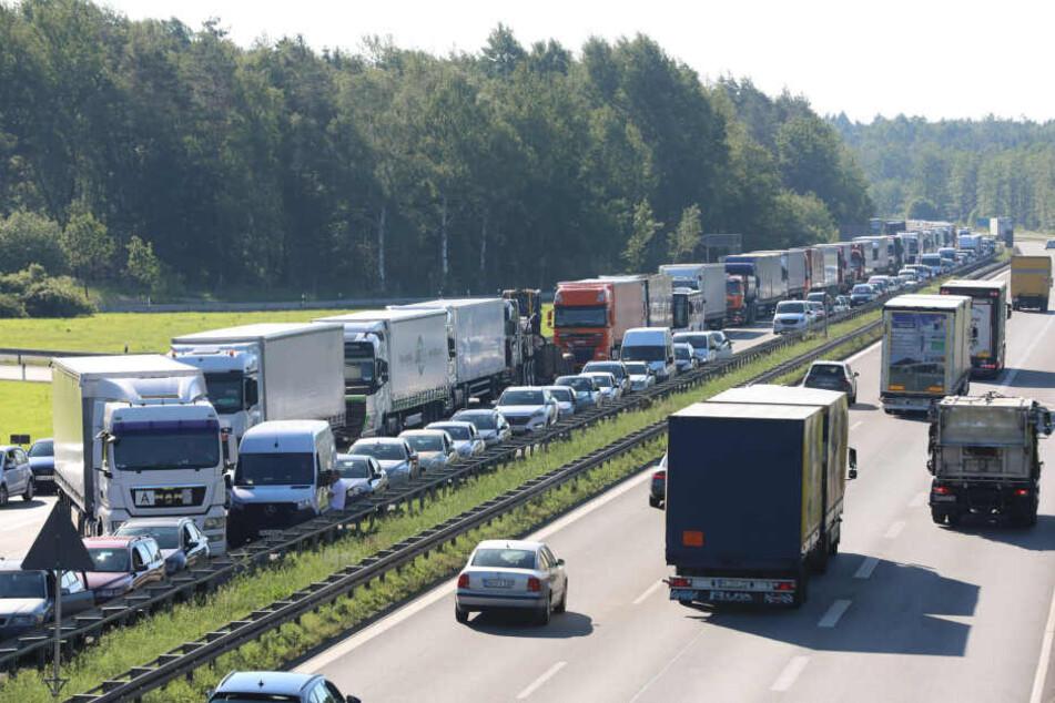 Infolge des Unfalls bildete sich auf der A4 ein langer Stau.