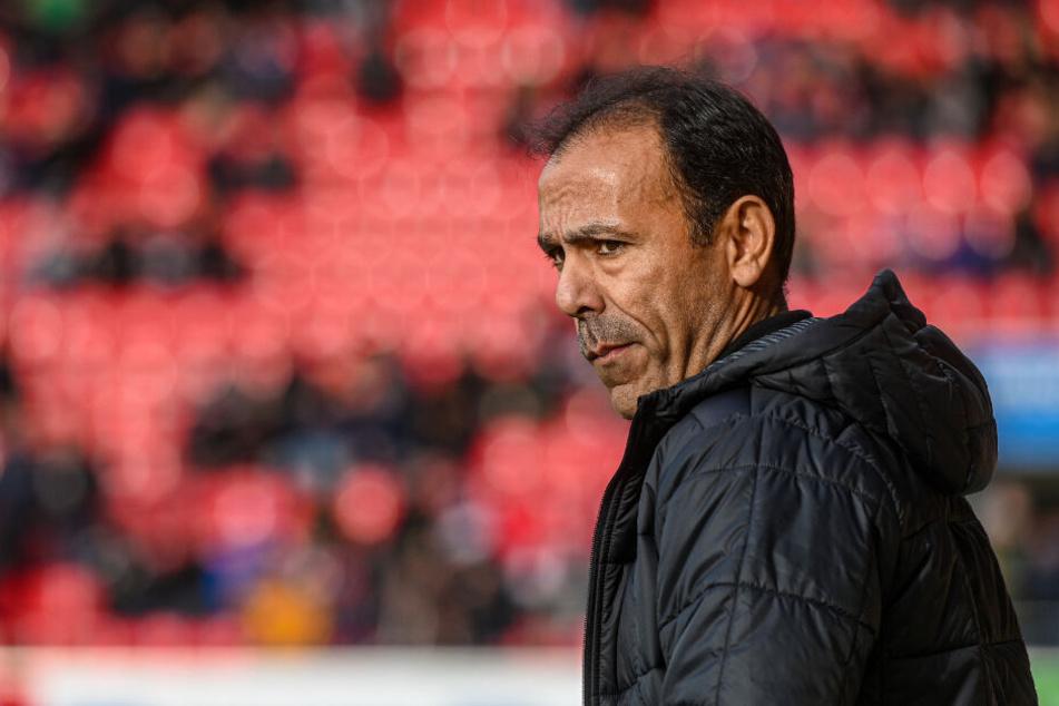 St. Paulis Trainer Jos Luhukay wirkt nachdenklich.