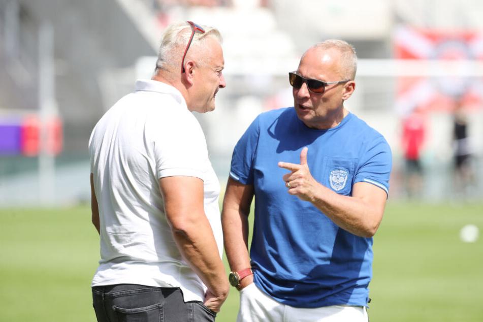 Die Aue-Bosse Michael Voigt (l.) und Helge Leonhardt würden die Kasse ihres Vereins gerne über den Pokal füllen.
