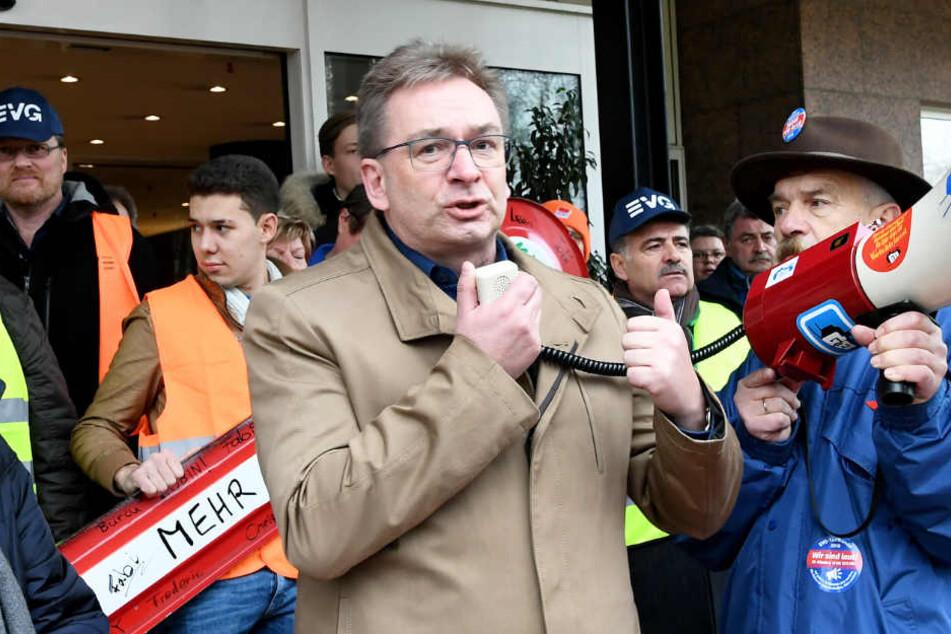 EVG-Bundesgeschäftsführer Torsten Westphal sprach per Megafon zu den Mitarbeitern.