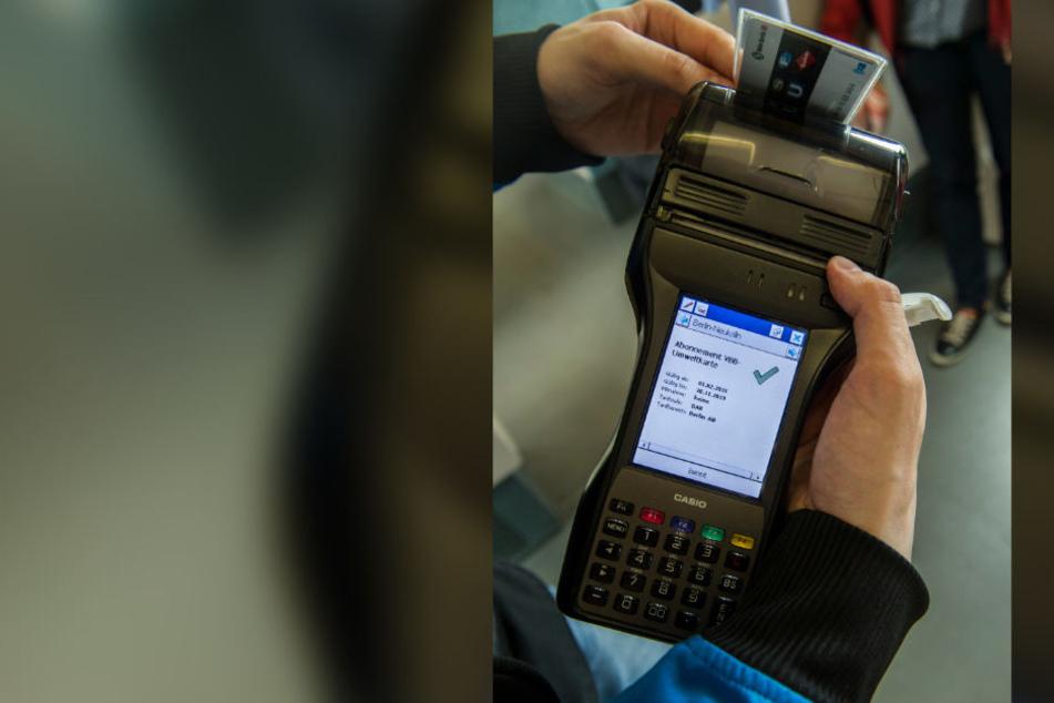Ein Mitarbeiter der BVG kontrolliert den Fahrschein.