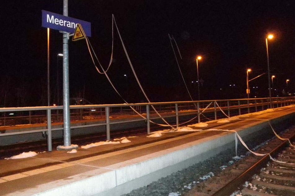 Am Bahnhof Meerane hingen mehrere Rollen Klopapier über der Leitung.