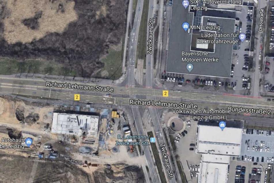 Die Unfallstelle liegt an der Kreuzung Richard-Lehmann-Straße/Zwickauer Straße.