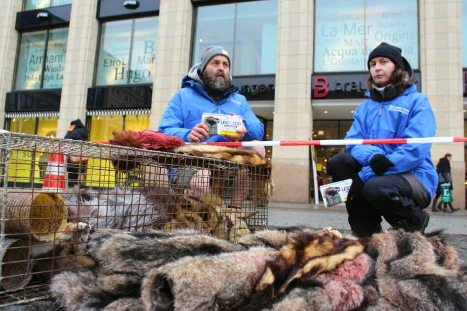 Die Tierschützer Michael Seitz (40) und Karolina Juchnik (36) haben vor dem Leipziger Modekaufhaus Breuninger blutige Tierfelle ausgebreitet, um damit gegen die Verwendung von Echtpelzen zu demonstieren.