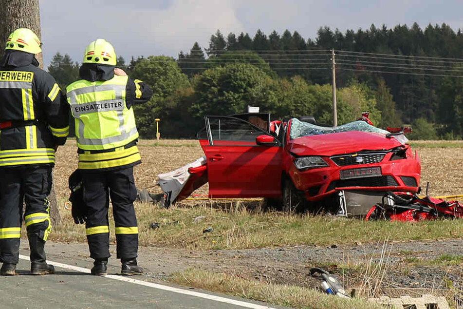 Tödlicher Unfall im Vogtland: Fahrerin knallt gegen Baum und stirbt
