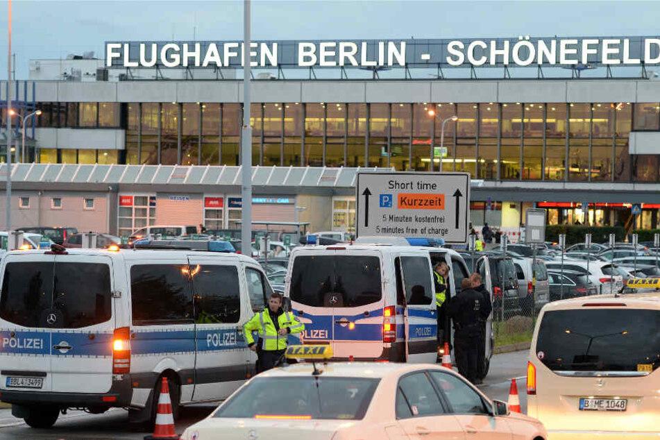 Polizeibeamte sichern das Gebiet rund um das Terminal. (Symbolbild)