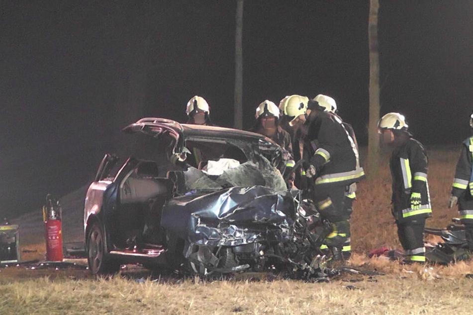Die Beifahrer wurden schwer verletzt in eine Klinik gebracht.