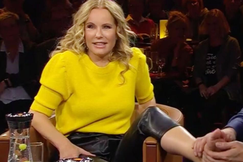Katja Burkard zieht Schuhe bei Riverboat aus und legt Füße auf Schoß von Talkgast