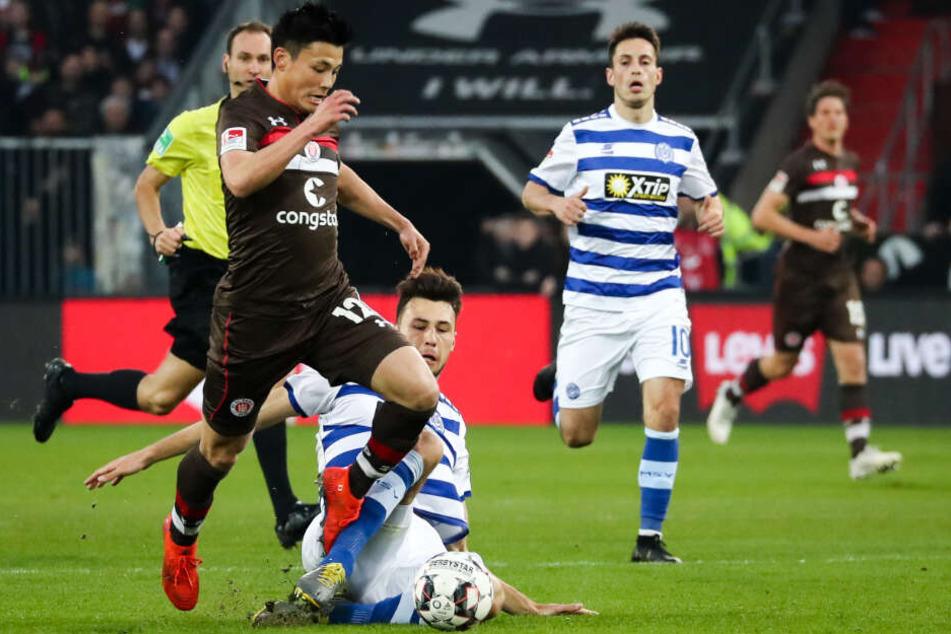 St. Paulis Ryo Miyaichi (links) wird vom Duisburger Spieler Lukas Fröde gefoult.