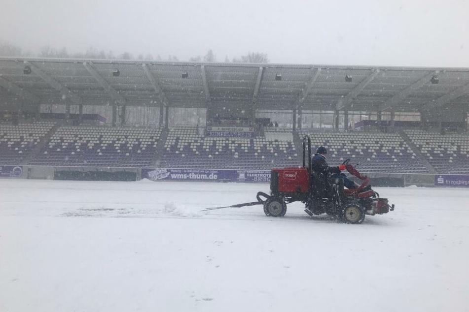 Im Erzgebirgsstadion in Aue liegt zu viel Schnee. Das Heimspiel gegen Köln musste abgesagt werden.