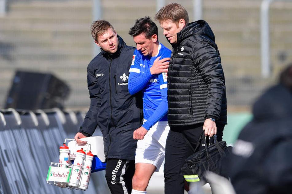 Christoph Moritz wird mit einer Verletzung vom Platz geführt. (Archivbild)