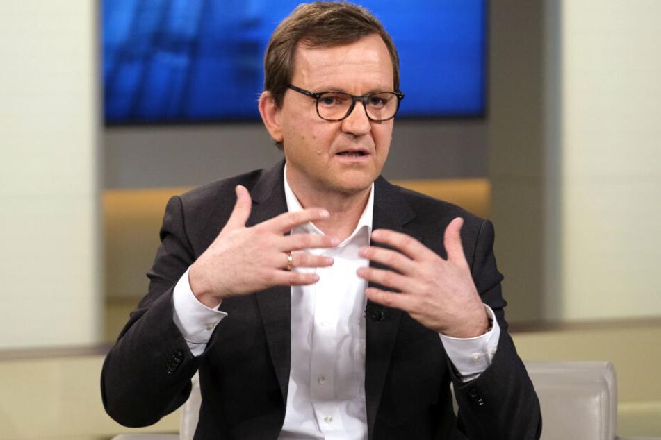 """Klaus Lieb (Direktor der Klinik für Psychiatrie und Psychotherapie der Universitätsmedizin Mainz) sprach unter anderem von """"Achtsamkeitsübungen"""", die helfen können."""