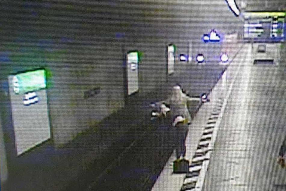 Das Bild aus einer Überwachungskamera zeigt wie Tanja E. den einfahrenden Zug stoppt.