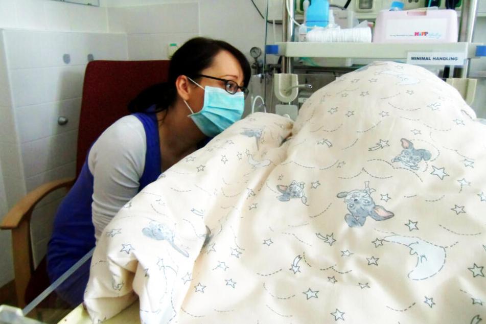 Viele bange Stunden musste Kathleen schon am Krankenbett ihrer Tochter verbringen. Das Schlimmste dürfte überstanden sein.