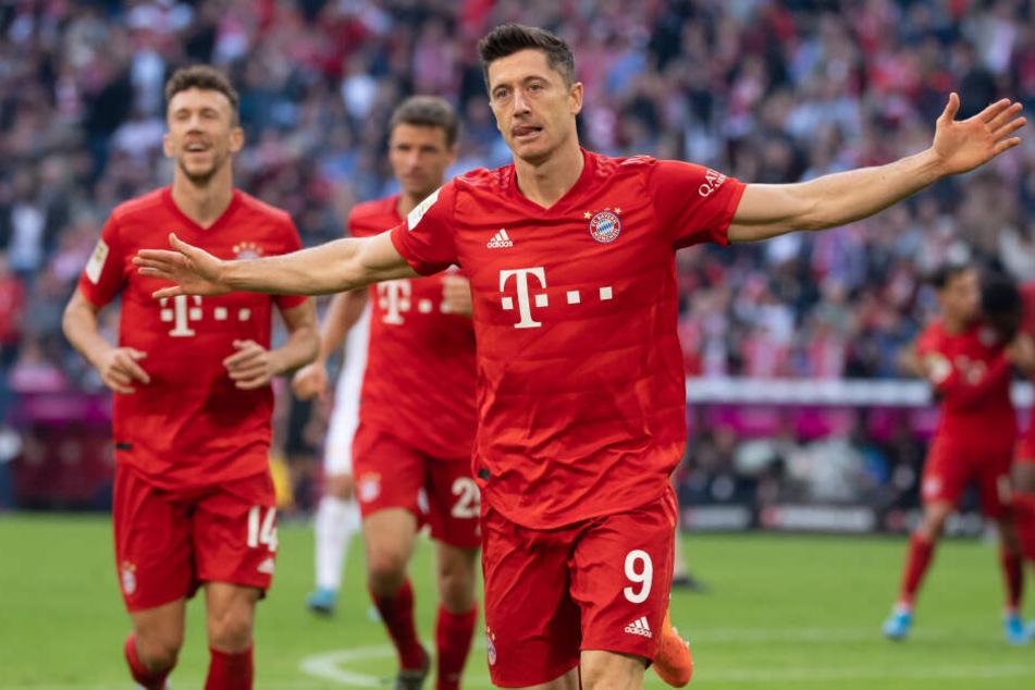 Robert Lewandowski (r) jubelt mit Ivan Perisic (l) und Thomas Müller über sein Tor zum 2:0.