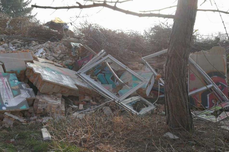 Der Bauschutt der abgerissenen Probsteikirche wurde vom Besitzer auf dessen Privatgrundstück in Witznitz bei Borna entsorgt. Die Stadt hat dies nun untersagt.