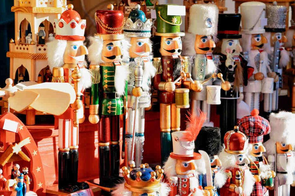 Neben Losbuden und Glühweinständen stehen auch viele Weihnachtsdekorationen wie Nussknacker bereit.