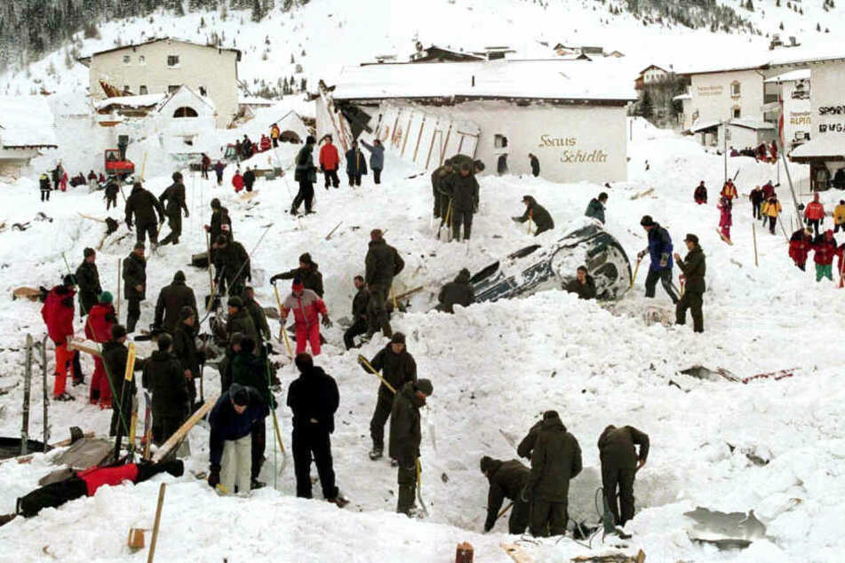 Rettungskräfte suchten nach der Lawinenkatastrophe in Galtür nach Verschütteten. (Archivbild)