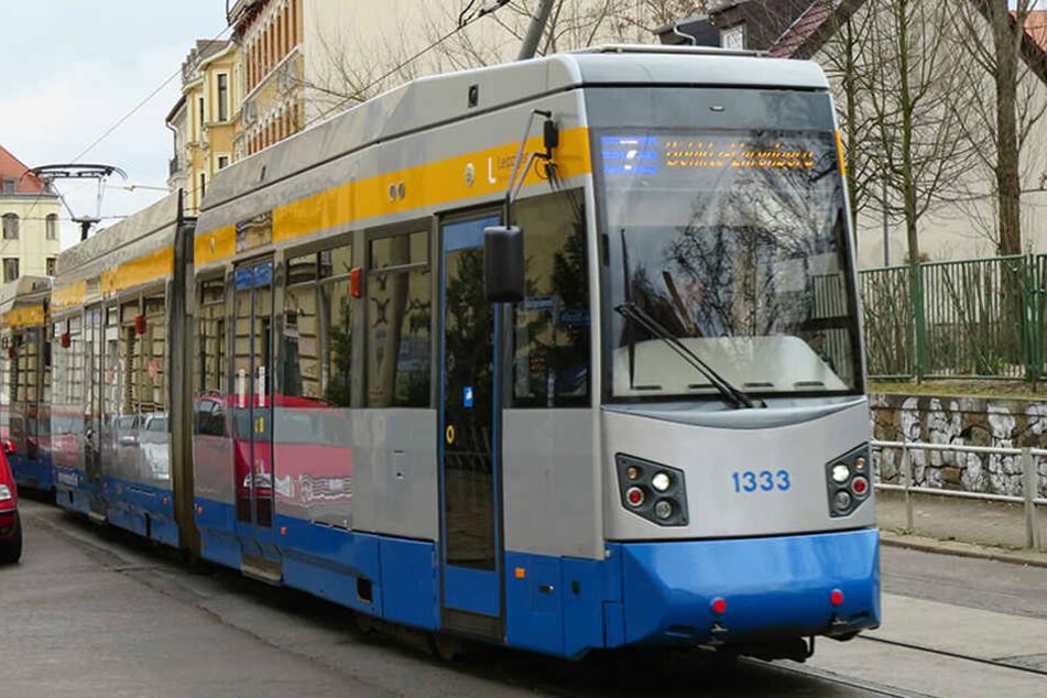 Die 34-Jährige wollte an der stehenden Straßenbahn vorbeifahren, achtete dabei aber nicht auf die aussteigenden Fahrgäste. (Symbolbild)