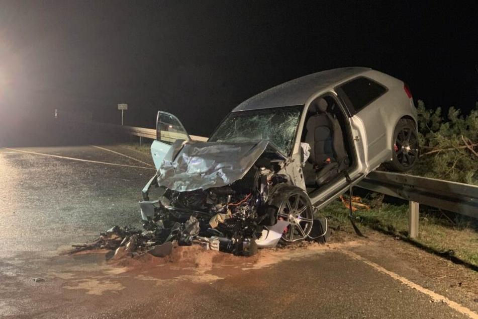 Zu schnell gefahren? Audi kracht in Transporter, drei Personen schwer verletzt