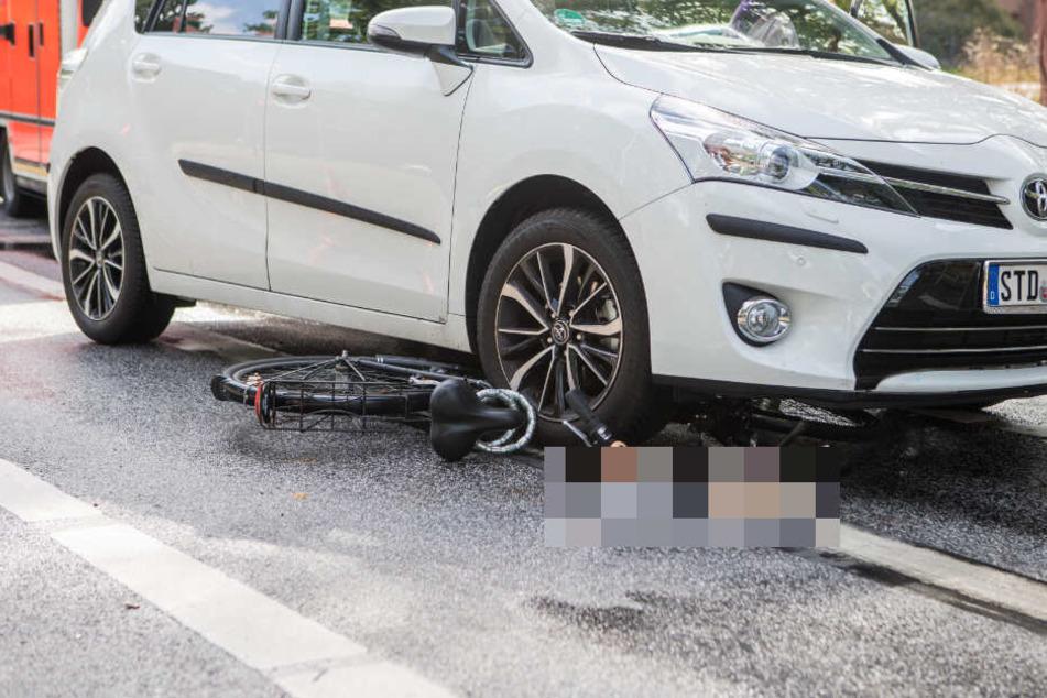 Das Fahrrad wurde bei dem Unfall unter dem Auto eingeklemmt.