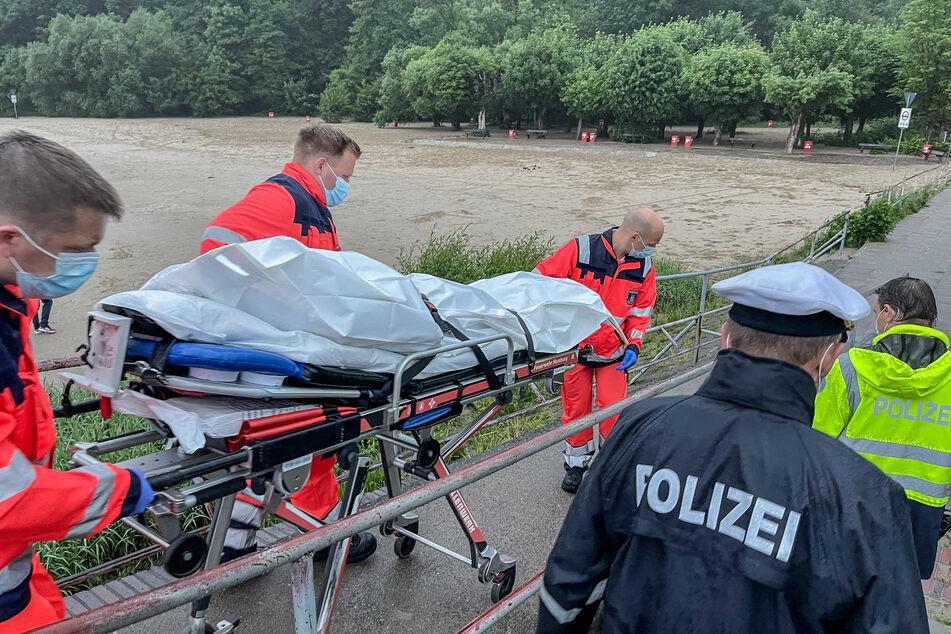 Rettungskräfte bargen den leblosen Körper aus der Elbe. Handelt es sich um den vermissten 15-jährigen Schwimmer?