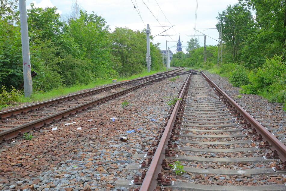 Der Mann blieb bewusstlos auf den Gleisen liegen. (Symbolbild)
