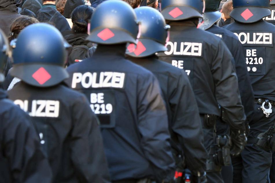 Polizeibeamte begleiten eine Demonstration. Wegen des Verdachts rassistischer und menschenverachtender Äußerungen ermittelt die Polizei Berlin in den eigenen Reihen. (Archivfoto)