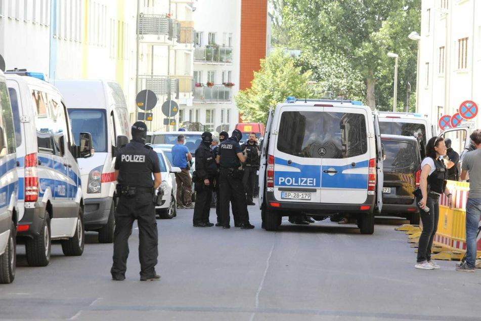Zahlreiche Polizeiautos sind in Leipzig-Möckern unterwegs.