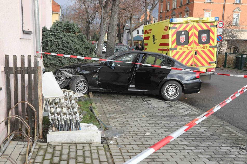 Der BMW kam erst an einer Hauswand zum stehen.
