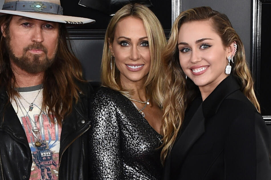 Vater Billy Ray Cyrus (l., 59), Mutter Tish Cyrus (M., 53) und Miley.