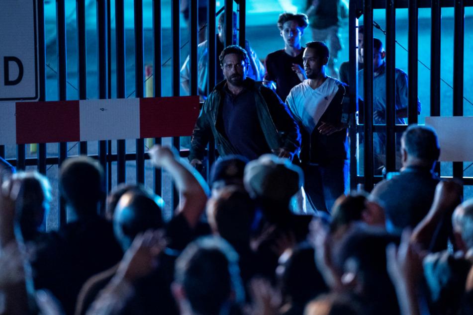 John Garrity (Gerard Butler) verlässt die US-Militärbasis, um Medikamente für seinen kranken Sohn Nathan zu holen. Die wartenden Massen stürmen kurz darauf bewaffnet das Gelände und sorgen für Chaos.