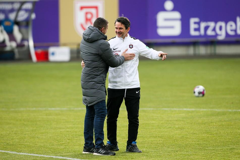 Zwei, die sich gut verstehen: Jahn-Coach Mersad Selimbegovic (l.) und Aue-Trainer Dirk Schuster (52).