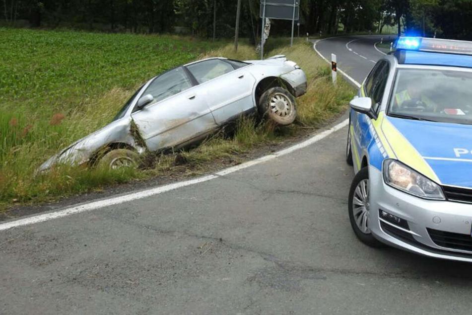 Auto kracht gegen Telefonmast und überschlägt sich: 2 Schwerverletzte