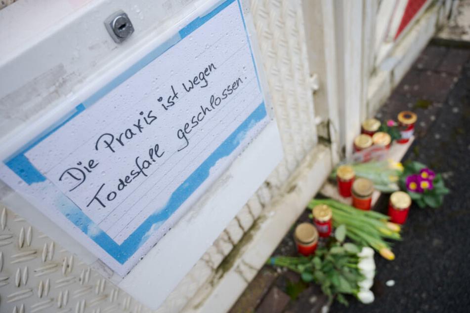 Vor dem Haus des Arztes, der bei einer Explosion ums Leben kam, liegen Blumen und sind Kerzen abgestellt.