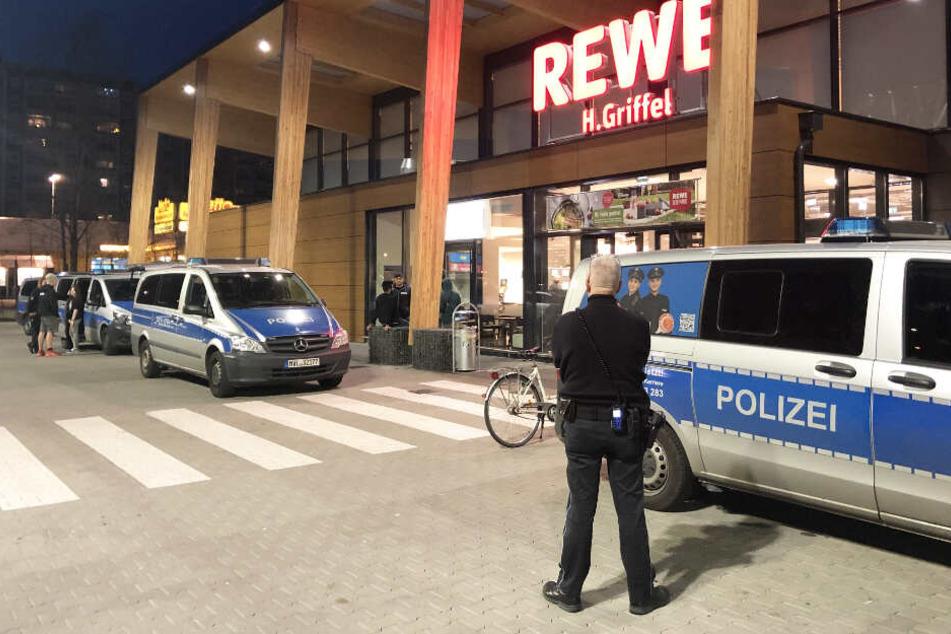 Ein Großaufgebot der Polizei rückte zu dem Supermartk an, damit die Kindergruppe gestoppt wird.