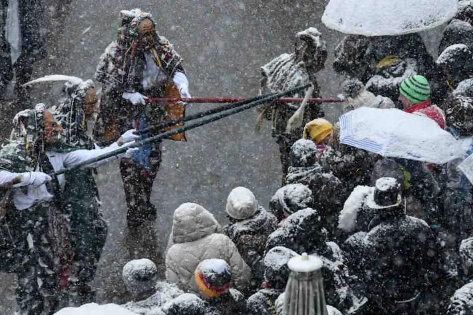 Schnee und Kälte waren den Narren am Montag egal.